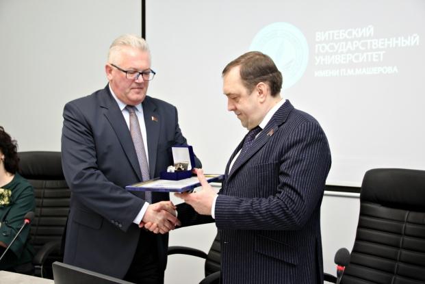 Игорь Карпенко вручил благодарность Министерства образования Алексею Егорову